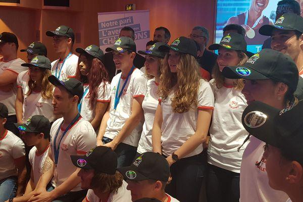 Les sportifs de la Team Côte d'Azur entrain de prendre la pose lors d'une séance photo.