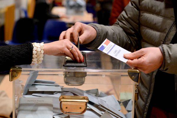 """En Centre-Val de Loire, la bataille fait rage autour du double scrutin. Certains militent pour son report, d'autres appellent au maintien du vote """"pour"""" la démocratie."""