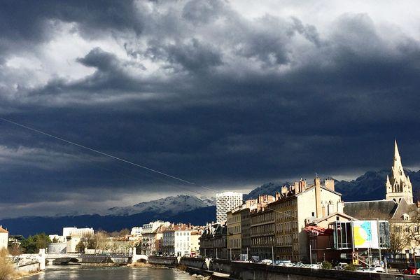 Le ciel couvert à Grenoble, image d'illustration.