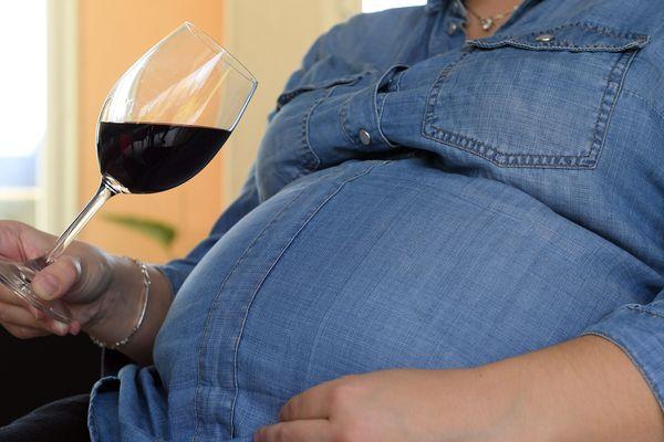 """La ministre de la Santé Agnès Buzyna annoncéque l'indication du danger de l'alcool pour les femmes enceintes, sur toutes les bouteilles, devrait être prête """"pour la fin de l'année""""."""