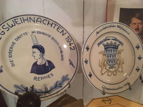 Des assiettes de la faïencerie Henriot datant de l'époque de la Seconde guerre mondiale, produites pour l'armée allemande