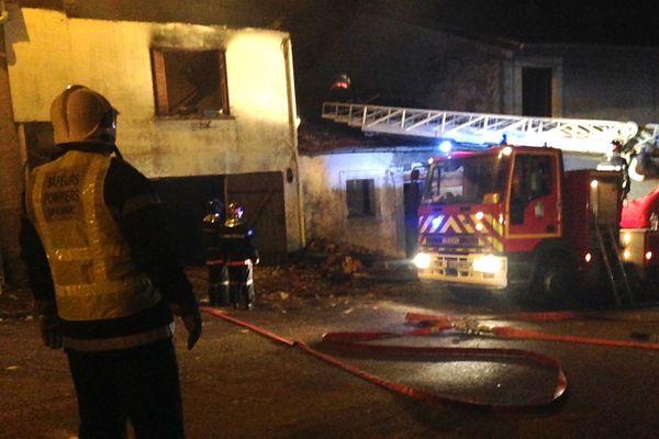 La maison a été soufflée par l'explosion et un homme a été brûlé dans l'incendie qui a suivi