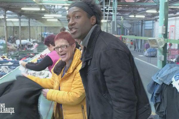 Kamini et Dominique Fortel sur la chaîne de tri de l'association Le Relais