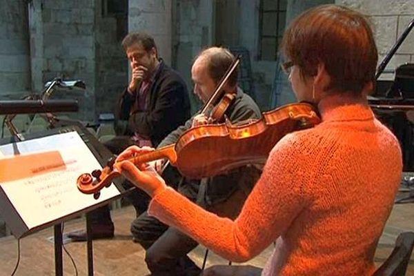 Hélios Azoulay et deux musiciens en répétitions