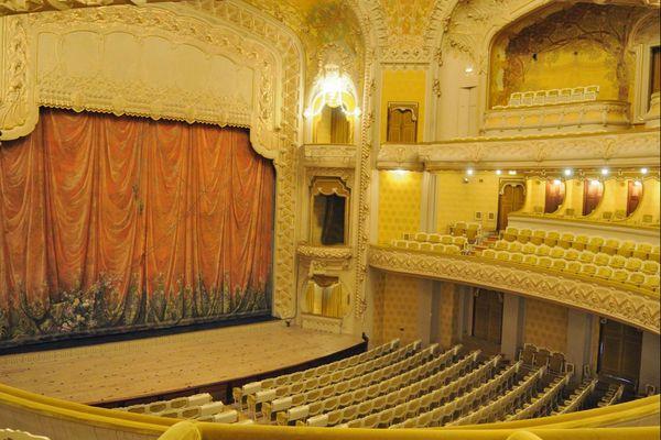 La belle salle de l'opéra de Vichy est désespérement vide depuis le début du deuxième confinement. Après plusieurs reports des spectacles, les saisons culturelles sont saturées. Beaucoup de théâtre annulent des spectacles.