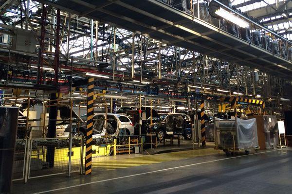 La ligne de production de la 5008 dans l'usine de PSA La Janais près de Rennes