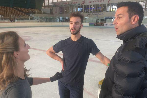Gabriella Papadakis et Guillaume Cizeron, étaient sur la glace clermontoise, lundi 2 octobre, pour poursuivre leur entraînement avec Romain Haguenauer, leur coach (à droite). Objectif : les JO de 2018.