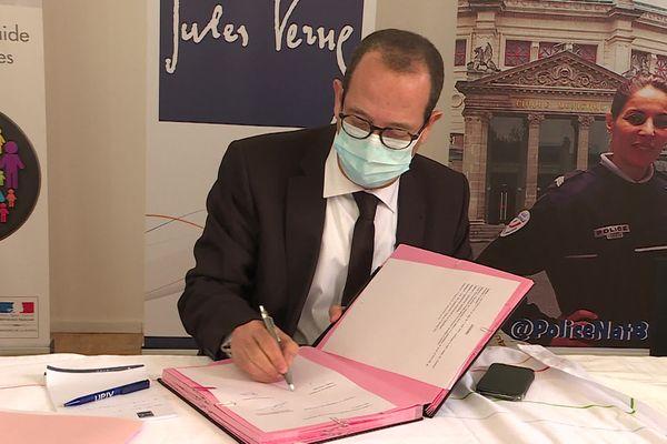 Le président de l'UPJV Mohammed Benlahsen signe le partenariat pour la prise en charge des étudiants victimes de violences sexuelles.
