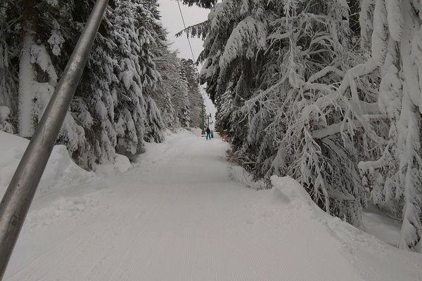 Les skieurs qui rejoignent la station de ski du Lioran dans le Cantal par le train n'ont que quelques mètres à faire pour utiliser le premier téléski qui les emmène au pied des pistes, c'est unique en France.