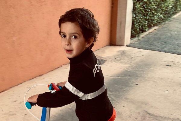 Ce petit garçon aura 5 ans le mois prochain et il a vécu un rêve, qui se poursuivra lundi prochain à bord d'un camion de pompier.