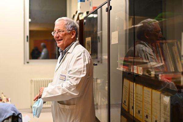 Le professeur François Raffi dans son bureau de chef du service des maladies infectieuses et tropicales au CHU de Nantes