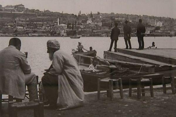 Une photographie de Pierre Loti prise sur les bords du Bosphore.