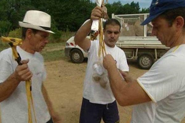 Les artificiers installent les explosifs pour le 14 juillet sur le site de Grabels, dans l'Hérault. - 13 Juillet 2015.