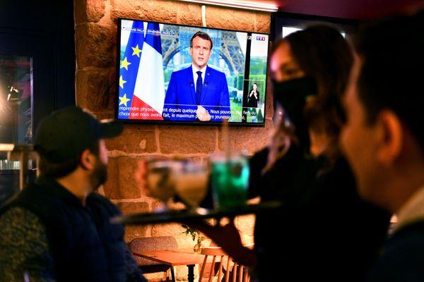 L'allocution d'Emmanuel Macron diffusée dans un bar lundi 12 juillet.