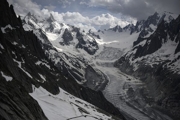 Au pied du Mont-Blanc, le paysage qui entoure la Mer de Glace semble immuable de beauté.