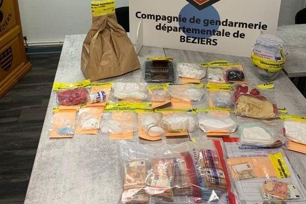 1618 g de cocaïne, 998 g d'amphétamines, 44 g d'or, 150 g de cannabis, 222 plants de cannabis et un fourgon évalué à 19000 € ont été saisis lors des perquisitions - 20 décembre 2019