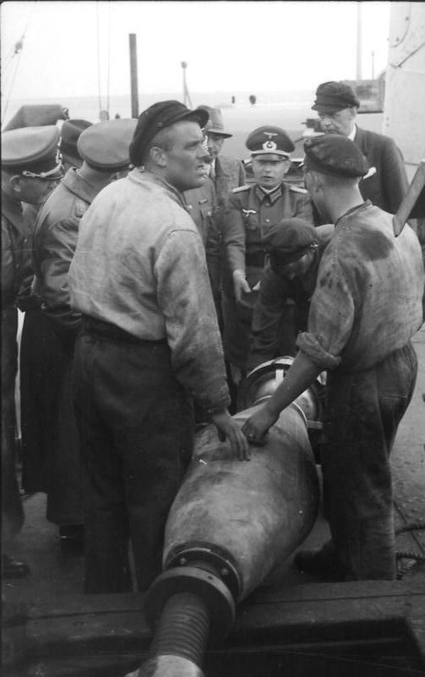 Officiers, ingénieurs et personnel allemands pendant l'essai d'immersion d'un Panzer III en 1940.