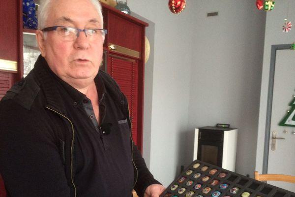 Michel Hélian, collectionneur de plaques de muselet de bouchon de champagne