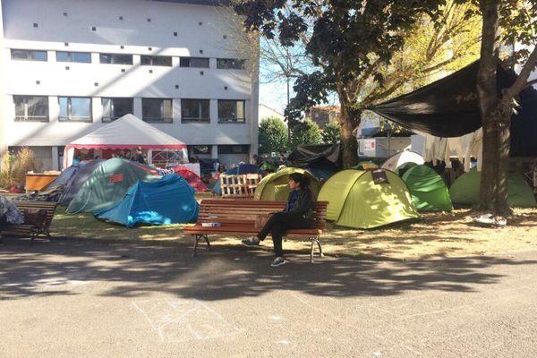 Le campement de réfugiés de la faculté de lettres de Clermont-Ferrand, dans la matinée du 17 octobre 2017.