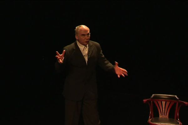 """Francois Bartier sur scène pour """"La puissance des mouches"""", pièce adaptée du roman de Lydie Salvayre."""