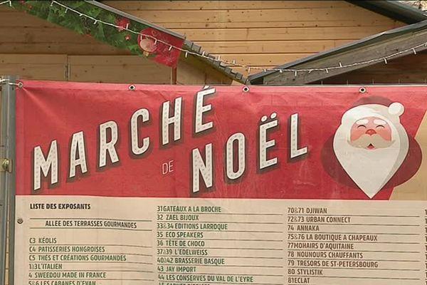 Le marché de Noël de Bordeaux est entièrement entouré de bâches.