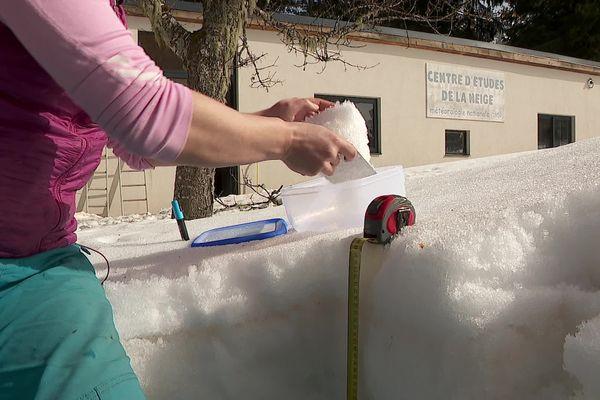 Chaque jour, Marie Dumont prélève et analyse des échantillons de la neige tombée