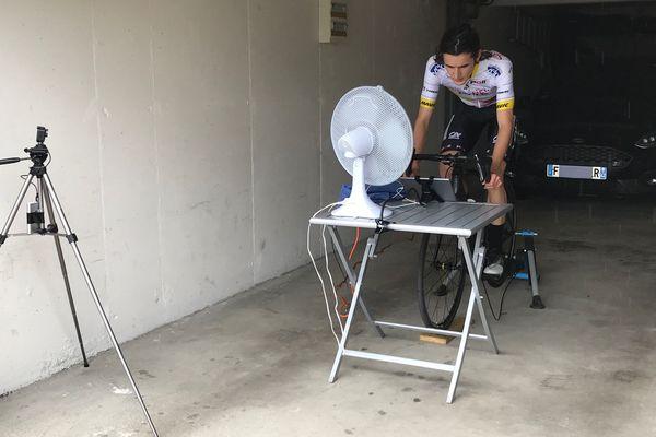 Thibaut Gagnaire dispute le Grand-Prix de Saint-Etienne, première course virtuelle de la saison, dans le garage de ses parents, à Sorbiers dans la Loire.