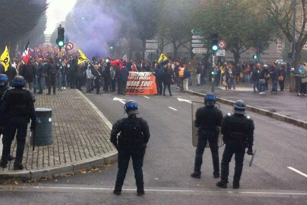 Les forces de l'ordre présentes en nombre le long du parcours de la manifestation contre les ordonnances Travail