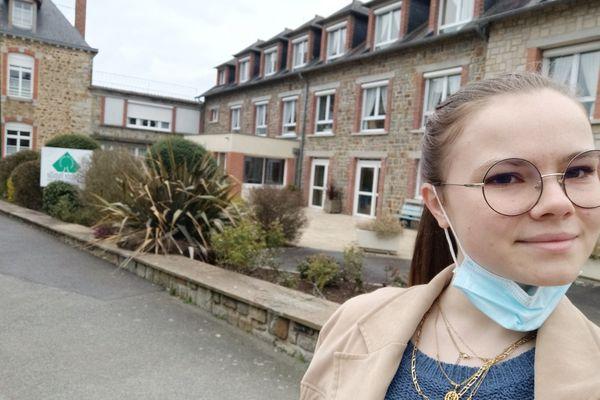 Lison fait un selfie devant la maison de retraite la Sainte Famille à Argentrée-du-Plessis (Ille-et-Vilaine) où elle vit une expérience enrichissante avec ce job étudiant
