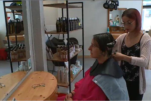 Un salon de coiffure de Chambéry recycle les cheveux coupés.