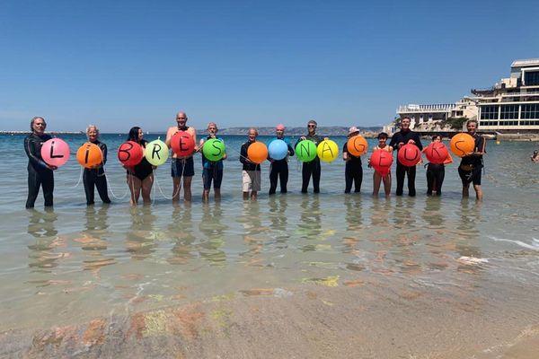 Les nageurs se sont donné rendez-vous aux Catalans, dans l'eau, pour manifester.