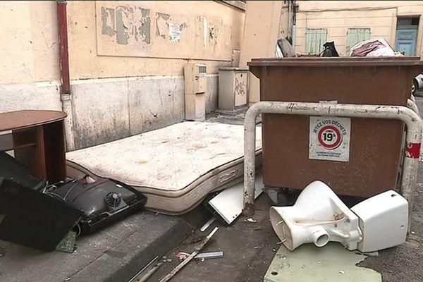 Il est fréquent que les matelas infestés par les punaises de lit s'accumulent sur la voie publique, comme ici dans le 3e arrondissement de Marseille.
