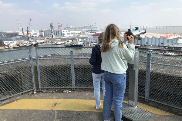Comme Nina et Anne-Aëlle, vous pouvez scruter les détails du panorama grâce au téléobjectif présent à demeure