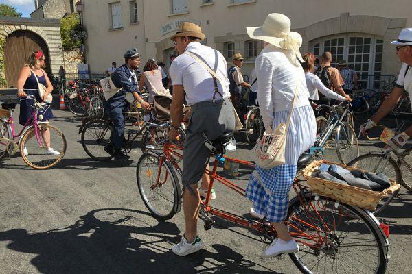 Anjou Vélo Vintage, les vélos doivent afficher plus de 30 ans d'âge, et les cyclistes pédaler en tenues élégantes et assorties à l'âge du vélo