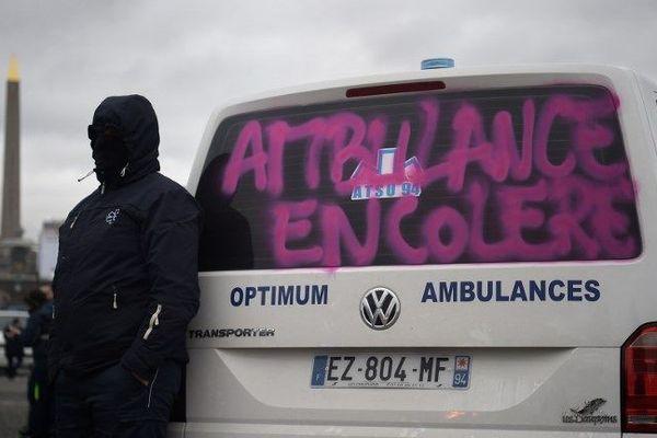 Lundi matin, une centaine d'ambulanciers bloquaient certains accès de la place de la Concorde
