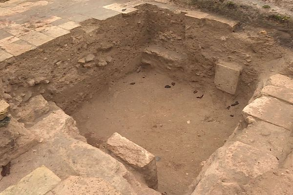 La tombe d'Albéric de Braine découverte sur le chantier de fouilles de l'abbaye de Saint-Médard à Soissons dans l'Aisne était située près de la nef de l'ancienne église.