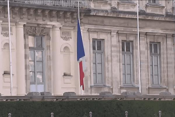 Le drapeau tricolore, en berne, devant la Préfecture de l'Isère