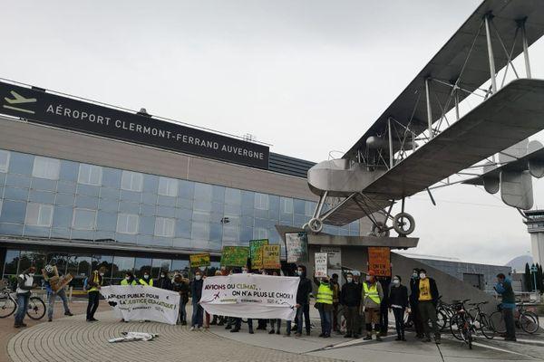 Une cinquantaine de militants écologistes et de citoyens ont marché de la gare de Clermont-Ferrand à l'aéroport pour réclamer la diminution du trafic aérien, responsable de 5% des émissions de gaz à effets de serre mondiales.