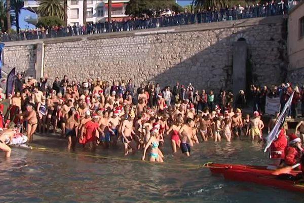 La plage des bains militaires a accueilli le bain de Noël niçois cette année.