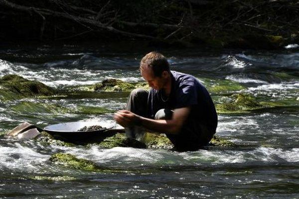 David Bruno, chercheur d'or, au milieu du Salat, près de Mercenac (Ariège)
