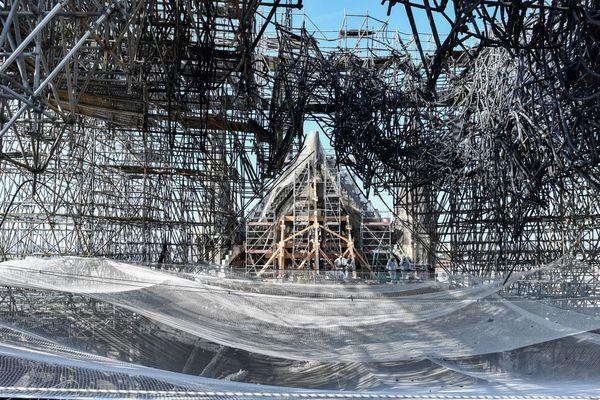 Des centaines de tonnes de plomb, contenues dans la charpente de la flèche et la toiture de la cathédrale, ont fondu au cours de l'incendie de Notre-Dame.