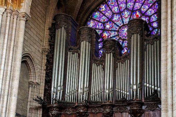 Le grand orgue, intact.