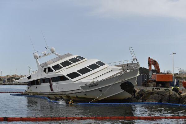 Le démantèlement du yacht Ipsum échoué à l'entrée du port de Saint-Tropez a débuté le mardi 2 mars. Il va durer 3 semaines.