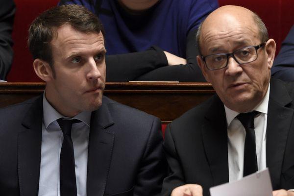 Emmanuel Macron (à gauche) aux côtés de Jean-Yves Le Drian (à droite) à l'Assemblée nationale en 2016.