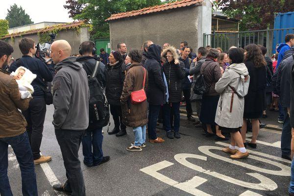 Des familles ou des groupes d'amis de tous âges et de toutes les régions se sont rassemblés devant le CHU Sébastopol de Reims. Ils se disent réunis pour un même combat: la vie et le maintien en vie de Vincent Lambert.