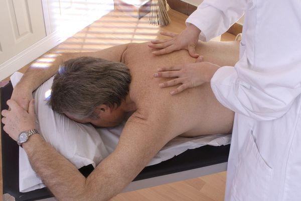 Les ostéopathes, qui ont repris le travail, soignent les maux dûs au confinement.
