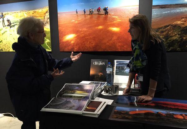Bernadette Gilbertas, en discussion avec une passionnée de photo.