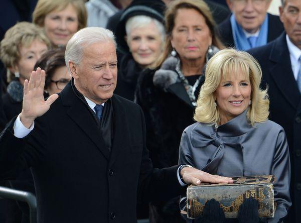 Joe Biden prête serment sur la bible de Douai, portée par sa femme, docteur Jill Biden, le 21 janvier 2013.