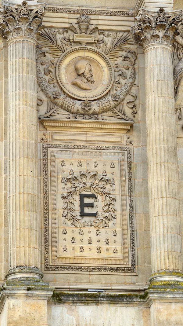 """Les abeilles impériales sur l'ancienne entrée du Musée de Picardie à Amiens en décoration de la lettre """"E"""" pour l'impératrice Eugénie"""