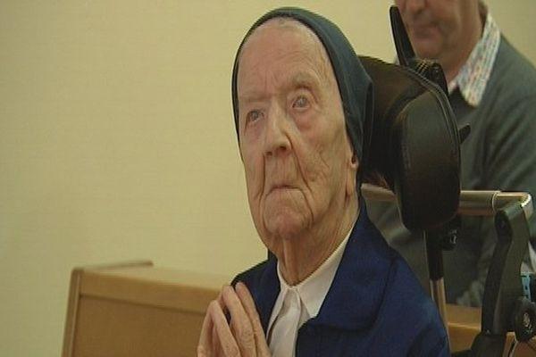 Sœur Andrée lors d'une prière.